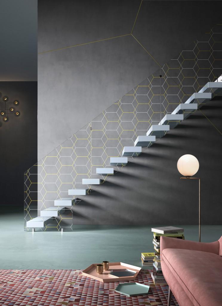 Il vetro extra-chiaro dona leggerezza al design, i gradini in legno, faggio o rovere.