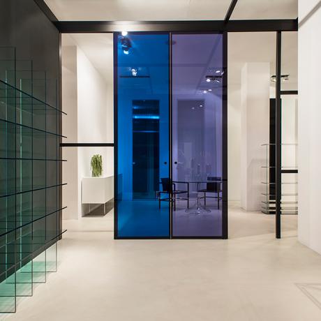 Porte a tutt'altezza in vetro, dalle diverse scale cromatiche