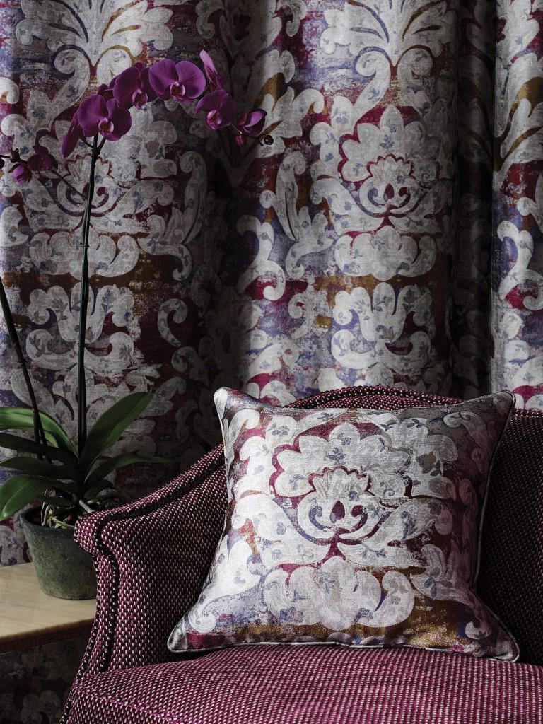 Damascato su sfondo colorato con texture tessuta in una combinazione di viscosa, lino e seta .