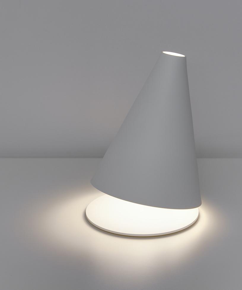 Lampada da tavolo. Un essenza di linee e di luci.