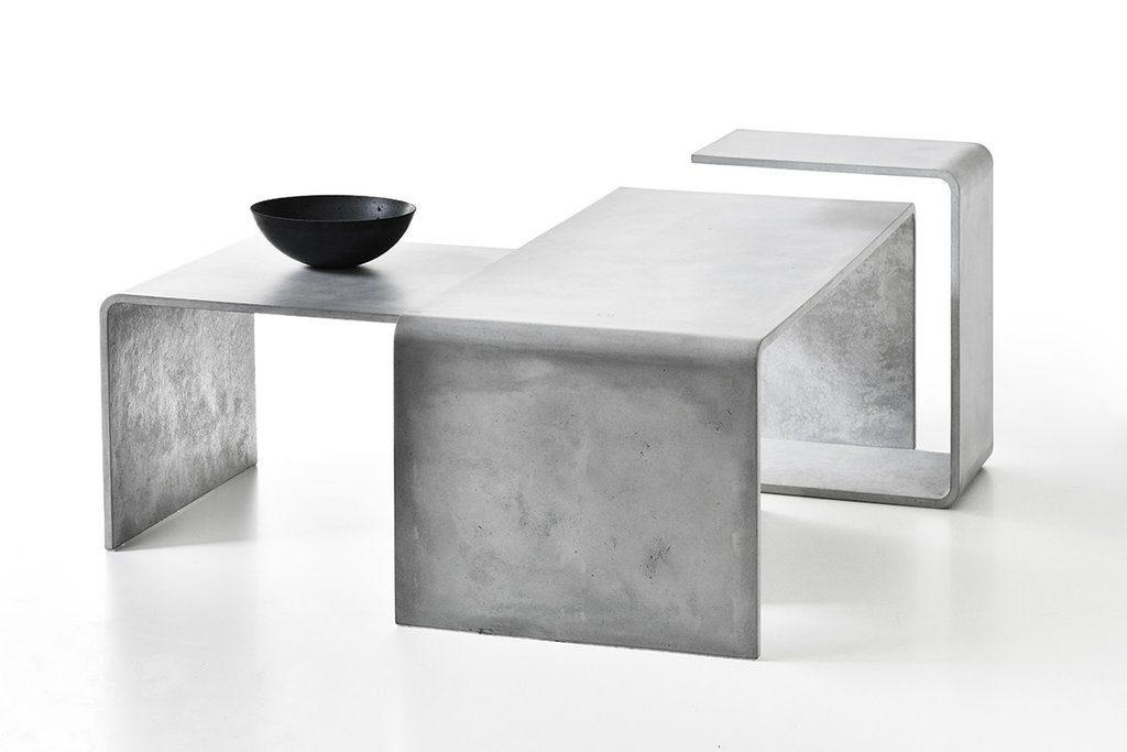 I tavoli sono disponibili in diverse tonalità di bianco, grigio e antracite. I due tavoli più piccoli possono essere rivestiti in rovere americano di qualità o legno noce europeo.